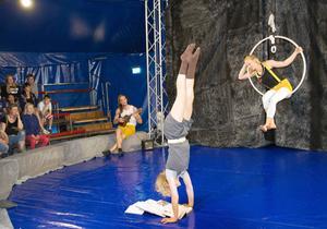 Mim, modern dans och cirkuskonster samverkar i nycirkusen.