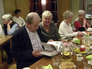Ove Dahlgren och Berit Bengtsdotter var en av de som tittade i boken om äpplen under kaffepausen.