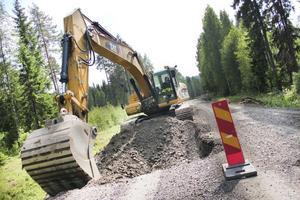 Blocken som utgör grunden för vägen behöver plockas tillfälligt bort för att kunna jämna till vägbanan. Sedan kommer överbyggnaden att läggas på.
