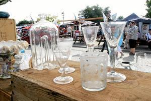 ovanliga glas. Curt Nilsson, antikhandlare i Stora Sundby, säljer glas från 1700-talet. Dateringen kan man göra utifrån den invikta foten, berättar Curt Nilsson.