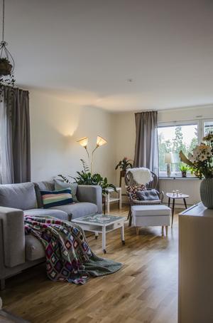 I vardagsrummet finns Margaretas egna hantverk i form av kuddar och lampskärmar.
