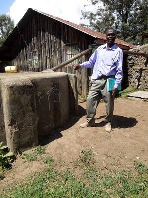 Josphat går ständigt och funderar på nya uppfinningar. Nu har han fått en idé om en vattenpump som kan drivas av barnens lekar, till exempel via en gungbräda. Foto: Kjell Ahnfelt