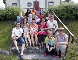 Här är sju av de tio familjer i Stocksbo som berikar byn med elva bebisar i år. Längst upp från vänster Alexandra