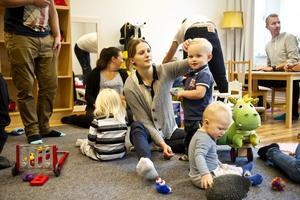 Mobilförbud? Carline Svanmark som är på öppna förskolan med sonen Noel tycker inte att det borde behövas.