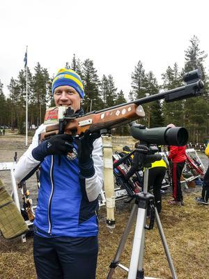 Andreas Davidsson tävlar i orienteringsskytte och försöker öka intresset för sporten.