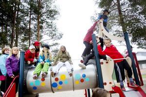 Det stora plåtröret på klätterställningen är uppskattat av barnen på Milboskolan.