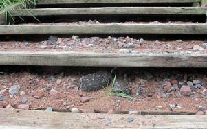 Det ligger grus och stora asfaltsbitar över hela trappen. FOTO: ANGELICA LINDVALL