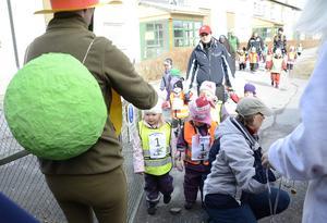 Skalman och Lille skutt delade ut medaljer till barnen vid målgången.