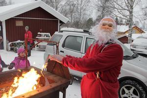 Tomten behöver inte värma sig över elden i år när han besöker Ramsjös julmarknad. Arkivbild från 2012.