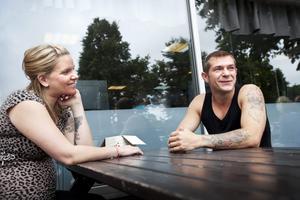 Räknar med forstsättning. Catharina Wolf och Marcin Wisniewski sitter framför lokalerna där Kris nu plockat ner alla skyltar. De räknar med att föreningen lever vidare även om den byter namn.