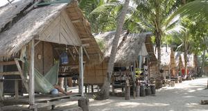 I Thailand kan man bo i en enkel bungalow alldeles vid vattnet, för under hundralappen.