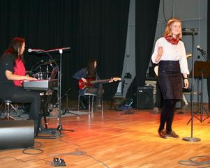 """Musikesteterna uppträdde runt om i skolan under dagen. Här får Frida Östlund i klass SP1b applåder för sin tolkning av """"Roxanne""""."""