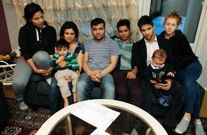 Nästan hela familjen Hosseini/Ghalamere samlad. Från vänster äldsta systern Parvaneh, mamma Fatemeh med Miran, Ghader, Yones, Rahim med sonen Elias i knät och Elias mamma Rebecka Strandberg.