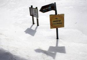 Olle hämtar sin bronsmedalj från Grenoble och berättar samtidigt att det fortfarande smäller från skjutbanan mitt i byn. – Men det är mest på sommaren. Nu har det ju snöat igen.