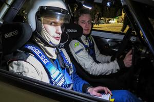 Kartläsaren Timmy Berntsson från Wäxjö MS och föraren Sebastian Johansson från Gotlands MF BK var ett av de 20 tävlingsekipagen i Junior-SM. I sin otrimmade och tvåhjulsdrivna Ford lämnade de härTravet efter målgång.