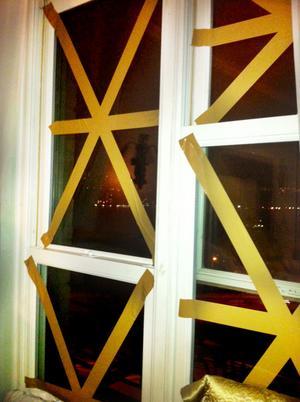 Jenny Persson berättar att det finns en risk att deras fönster kan blåsas sönder, och att de tejpat dem.