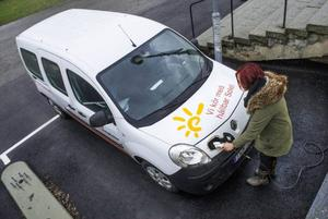 Move About har enbart elbilar i i sin bilpool. Jessica Roos på företaget visar en av bilarna, som används av ett fastighetsbolag.