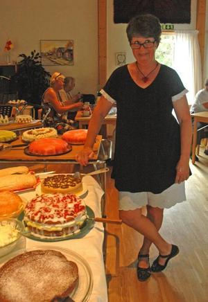 Vid tårtbordet. Anna-Stina Grönberg arrangerar caféerna. Tårtan i mitten är hennes egen Stina-tårta.