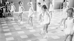 Gick du i balettskola? Vi tror att det här är en bild från 60-talet.