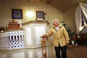 Harriet Brockman och Astrid Olsson visar runt i bönhuset som  numera ser ut precis som förr i tiden.