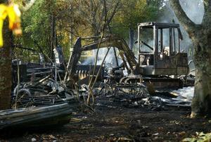 En gräsklippare, gravgrävare, snöslungor och sex truckar som används att köra jord med totalförstördes vid branden. Värdet på det som förstördes uppgår till flera miljoner kronor.