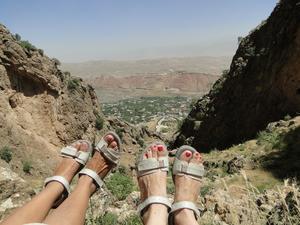 Fötterna behöver vila lite innan vi vandrar ner från berget där jungfru Maria anses vara begraven. Gladys och Ulla från Västerås är i Kurdistan för tillfället och jobbar på Swedish Specialist Hospital.