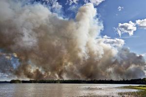 Det var en kraftig rök som steg upp mot himmeln i samband med branden. Denna bild är tagen mellan Öjesjön och Seglingsberg.