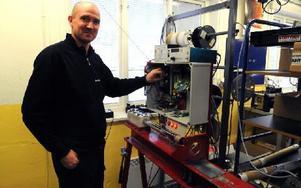 Lars Göran Uhr testar utrustning som tillverkats på Sterners. Foto: Sven Thomsen