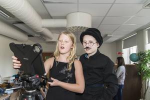 Leija Ulming och Filip Fahlgren justerar kameran.