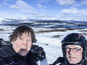 ÖP:s Olof Sjödin och Håkan Persson passar på att ta en selfie under skotertuen i Funäsfjällen.