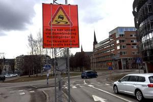 Kommunen har satt upp skyltar för att varna för halka i samband med dambindningen.