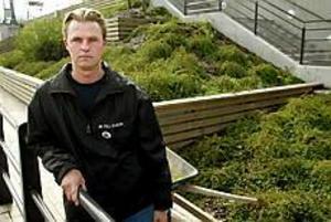 Foto: Lars Wigert Skadegörelse. Riksdagsledamoten Hans Backman ,fp, har polisanmält skadegörelse mot sitt hem. - Det kan ju vara en slump att just jag drabbats, säger han.