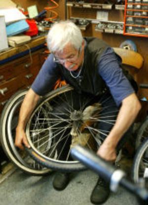 hur lagar man punktering på cykel