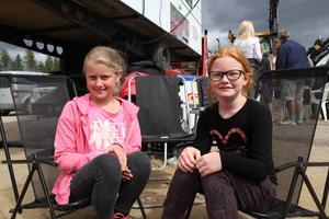 Kompisarna Lenina Söderlund, 10 år, Delsbo, och Isa Eklund, 10 år, Hedsta, följde lördagens traktorpulling.