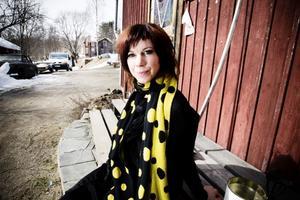 Irya Gmeyner musikkarriär tog fart när hon var drygt tjugo år och efter flera år av långa världsturnéer landade hon i vardagen och träffade Pange Öberg som blev början till det musikaliska samarbetet Irya's Playgorund.