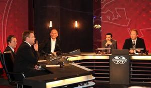 Kristoffer Appelquist närmast kameran  i   Blå laget håller låda till programledaren Anders S Nilssons förtjusning. Lagkamraten                       Per Andersson håller masken. I Röda laget ses Goran Ismail och Anders Jansson.