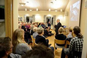 Överfullt. Hallsbergs församling missbedömde intresset för föreläsningen av Tobias Rawet, överlevare från förintelsen. De sist tillkomna fick nöja sig med platser strax utanför lokalen. Foto: Åsa Eriksson.