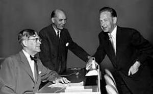 Arkivbild: SCANPIX I New York. 1954, fyra år efter att han avgått som landshövding i Gävleborg, var Rickard Sandler, i mitten, svensk representant i FN:s generalförsamling tillsammans med utrikesminister Östen Undén. Här i samspråk med generalsekreteraren Dag Hammarskjöld