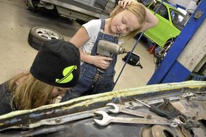 Mekar. Nioåriga Alice hjälper storasyster Fanny med bilen. Kanske sitter Alice bakom ratten och kör folkrace om några år.
