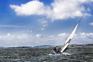 Kom och tänka på denna actionfylla bild när mina föräldrar sjösatte våran båt idag (söndag). Hoppas på en lika actionfylld sommar. Denna bild är tagen på västkusten från förra året. En riktig klassiker, blå himmel och vind i seglen. Det är en svensksemester av högklass.