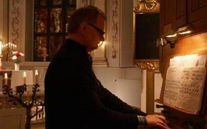 Walters Börje Edénius inleder med kyrkomusik och visor.