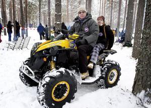 Förre rallystjärnan Gunnar Pettersson och Irina Pettersson från Örebro tog sig fram i skogen med hjälp av en fyrhjuling, modell värsting, 1 000 kubik och 84 hästkrafter.