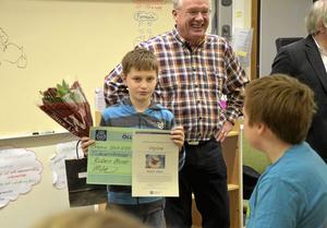 Stipendiat. Tioåriga Ruben Ahnér belönades på tisdagen med ett stipendium för sitt engagemang inom biodling.  Foto: Veronica Svensson