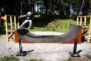 Hemlingbys nyinvigda skejtramp är ganska smal och rätt trång men det hindrade inte Erik Rahm från att göra riktigt bra trick.