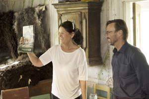 Nina Östman har bjudit in Björn Olsen från Engwall & Claesson i Stockholm, och hon har själv använt linoljefärg i flera av hennes restaureringsprojekt av gamla hus.