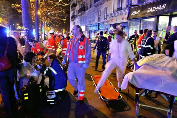 Franska tidningar beskriver fredagens dåd som ett krig i Paris.