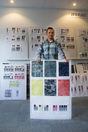 Thomas Isacsson visar upp några Workout Empires designförslag.