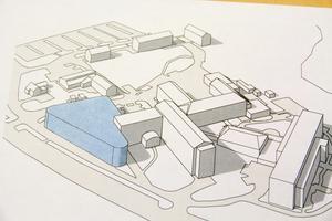 Här syns positionen för vart akuten kan ligga i framtiden. Den blåa byggnaden är positionerad där byggnad 2 ligger i dag.