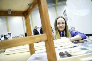 Hanna Drougge åkte hem till Mockfjärd för att marknadsföra möbelsnickarprogrammet på Haraldsboskolan i Falun, där hon går första året.
