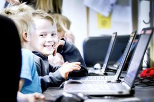"""Klasskompisarna Rasmus Ahlin Nilsen och Melwin Andersson jobbar med en faktatext. """"Hur stavas gömmer?"""", undrar Rasmus. Med hjälp av datorns ljudande tangentbord kan han lyssna på hur bokstäverna låter och hitta rätt stavning."""